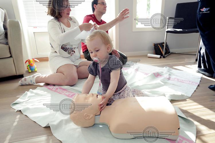 Foreldre lærer førstehjelp av instruktør Lisbeth Imset