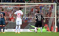 Fussball  International   Audi Cup 2013  Saison 2013/2014   31.07.2013 FC Bayern Muenchen - Sao Paulo FC  Torwart Manuel Neuer (hinten, FC Bayern Muenchen) haelt einen Elfmeter von Torwart Roderio Ceni (re, Sao Paulo FC)