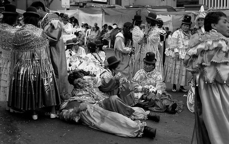 02.2010 La Paz (Bolivia)<br /> <br /> Temps de repos pendant le carnaval de La Paz.Scène de joie après quelques bieres.<br /> <br /> Resting time during the parade of the carnival in La Paz.Scène of joy after some beers.