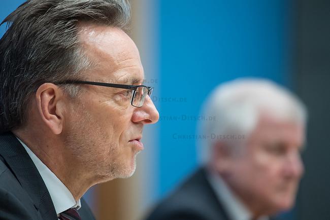 Erklaerung am Dienstag den 8. Januar 2019 in Berlin von Bundesinnenminister Horst Seehofer (rechts) zusammen mit Holger Muench (links), Praesident des Bundeskriminalamtes (BKA) und Arne Schoenbohm, Praesident des Bundesamtes fuer Sicherheit in der Informationstechnik (BSI) zu den aktuellen bekannt gewordenen Datendiebstaehlen bei Politikern, Journalisten und Persoenen des oeffentlichen Interesses.<br /> 8.1.2019, Berlin<br /> Copyright: Christian-Ditsch.de<br /> [Inhaltsveraendernde Manipulation des Fotos nur nach ausdruecklicher Genehmigung des Fotografen. Vereinbarungen ueber Abtretung von Persoenlichkeitsrechten/Model Release der abgebildeten Person/Personen liegen nicht vor. NO MODEL RELEASE! Nur fuer Redaktionelle Zwecke. Don't publish without copyright Christian-Ditsch.de, Veroeffentlichung nur mit Fotografennennung, sowie gegen Honorar, MwSt. und Beleg. Konto: I N G - D i B a, IBAN DE58500105175400192269, BIC INGDDEFFXXX, Kontakt: post@christian-ditsch.de<br /> Bei der Bearbeitung der Dateiinformationen darf die Urheberkennzeichnung in den EXIF- und  IPTC-Daten nicht entfernt werden, diese sind in digitalen Medien nach §95c UrhG rechtlich geschuetzt. Der Urhebervermerk wird gemaess §13 UrhG verlangt.]