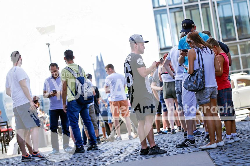 Pokemon-Go-Spieler im Rheinauhafen. Köln, 07.08.2016