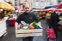 Europe/France/Bretagne/56/Morbihan/Vannes: Vincent David  chef du restaurant: Le Pressoir à Saint-Avé, fait ses courses sur le marché de Vannes [Non destiné à un usage publicitaire - Not intended for an advertising use]
