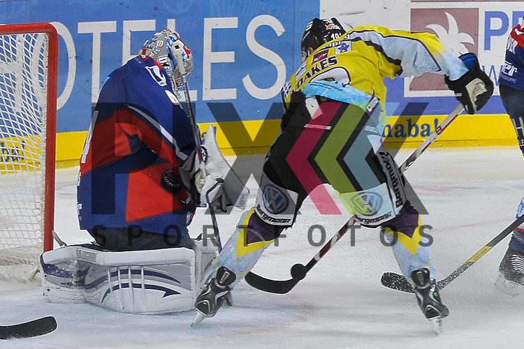 Mannheim 12.10.12, DEL, Adler Mannheim - Krefeld Pinguine, Krefelds Mark Voakes (Nr.19) gegen Mannheims Dennis Endras (Nr.44) <br /> <br /> Foto &copy; Ice-Hockey-Picture-24 *** Foto ist honorarpflichtig! *** Auf Anfrage in hoeherer Qualitaet/Aufloesung. Belegexemplar erbeten. Veroeffentlichung ausschliesslich fuer journalistisch-publizistische Zwecke. For editorial use only.