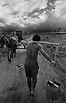 homem carregando água nas costas por causa da seca no nordeste brasileiro.Paraíba.man carrying water in the backs because of the drought in the Brazilian northeast  .Paraíba