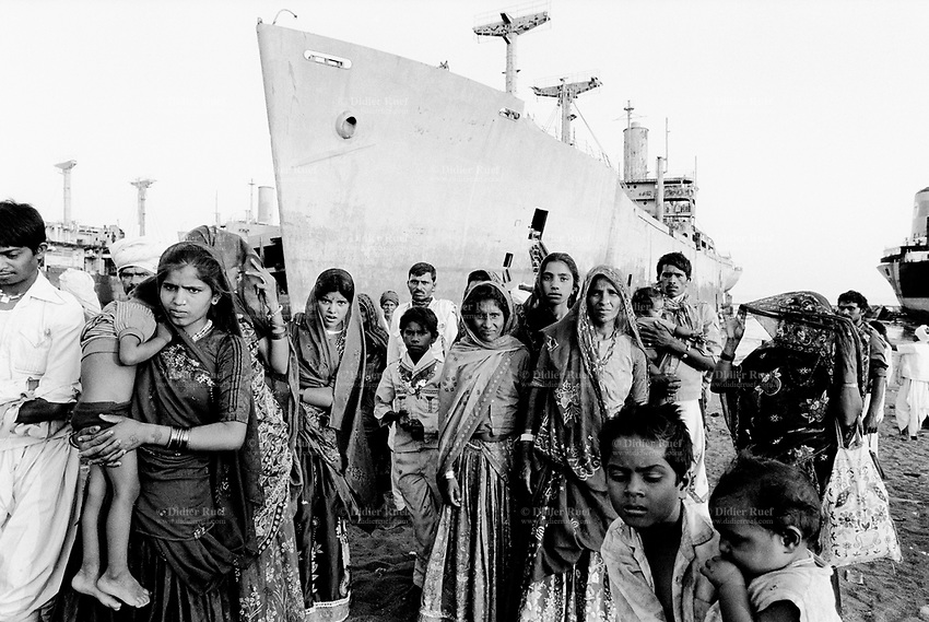 India. Province of Gujarat. Alang. A group of gujarati farmers ( Men and woman. Fathers, mothers and children)  came for a sightseing tour in Alang. Alang, located in the Gulf of Khambhat, is a ships breaking place and is considered as the biggest scrapyard in the world. Ships recycling for its metals. Environmental issues. Hazardous waste. © 1992 Didier Ruef