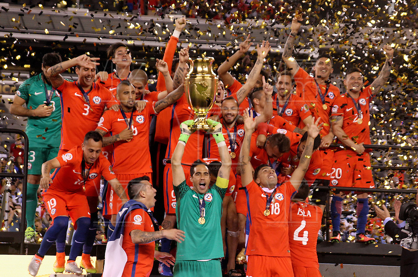 NEW JERSEY - UNITED STATES, 27-06-2016: Jugadores de Chile celebran con el trofeo como campeones después del encuentro entre Argentina (ARG) y Chile (CHI) durante partido por la final de la Copa América Centenario USA 2016 jugado en el estadio Metlife en New Jersey, NJ, USA. /  Players of Chile celebrate with the trophy as champions after the match between Argentina (ARG) and Chile (CHI) for the final of the Copa América Centenario USA 2016 played at Metlife stadium in New Jersey, NJ, USA. Photo: VizzorImage/ Luis Alvarez /Str