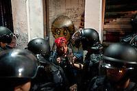 SAO PAULO, SP, 04.09.2014 -  Manifestantes detidos para averiguação durante protesto contra a lei que proíbe o uso de máscaras em protestos, na Praça Roosevelt durante na cidade de São Paulo, na noite  de Quinta -Feira,04 (Foto:Gabriel Soares/Brazil Photo Press)