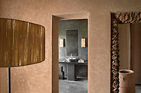 The black and earth colours of the tadelakt walls of the bedroom and bathroom take their inspiration from Berber architecture