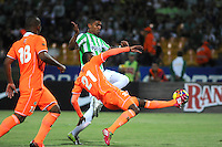 MEDELLIN - COLOMBIA -04-05-2014: Santiago Trellez (Izq.) jugador de Atletico Nacional disputa el balón con Carlos Ramirez (Der.) jugador de Envigado FC durante partido de vuelta entre Atletico Nacional y el Envigado FC por los cuartos de final de la Liga Postobon I 2014, jugado en el estadio Atanasio Girardot de la ciudad de Medellin.  / Santiago Trellez (L), player of Atletico Nacional fights for the ball with Carlos Ramirez (R) player of Envigado FC during a match for the second leg between Atletico Nacional and Envigado FC for the quarter of finals the Liga Postobon I 2014 at the Atanasio Girardot stadium in Medellin city. Photo: VizzorImage. / Luis Rios / Str.