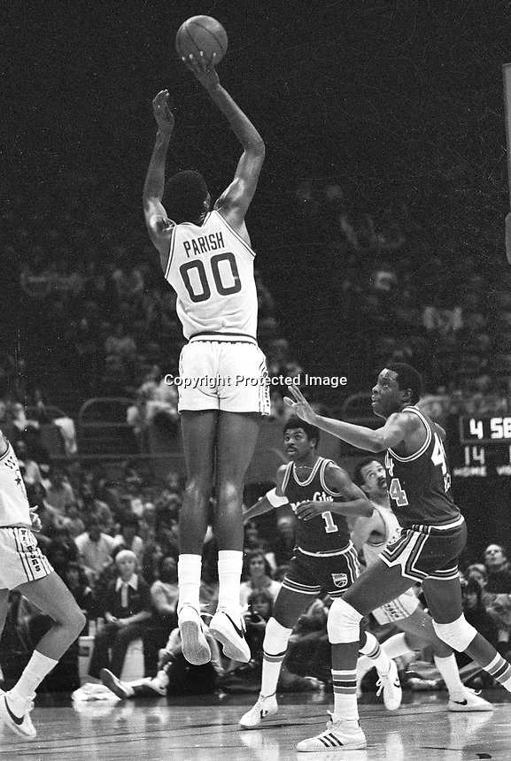 Golden State Warriors Robert Parrish scores against the Kansas City Kings (1983 photo/Ron Riesterer)