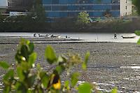 RECIFE-PE-07.02.2017- PESCADORES DE SURURU-  Pescadores de sururu aproveitam a maré baixa no estuário do rio cabiparibe no centro do Recife, nesta terça-feira, 07. (Foto: Jean Nunes/Brazil Photo Press)