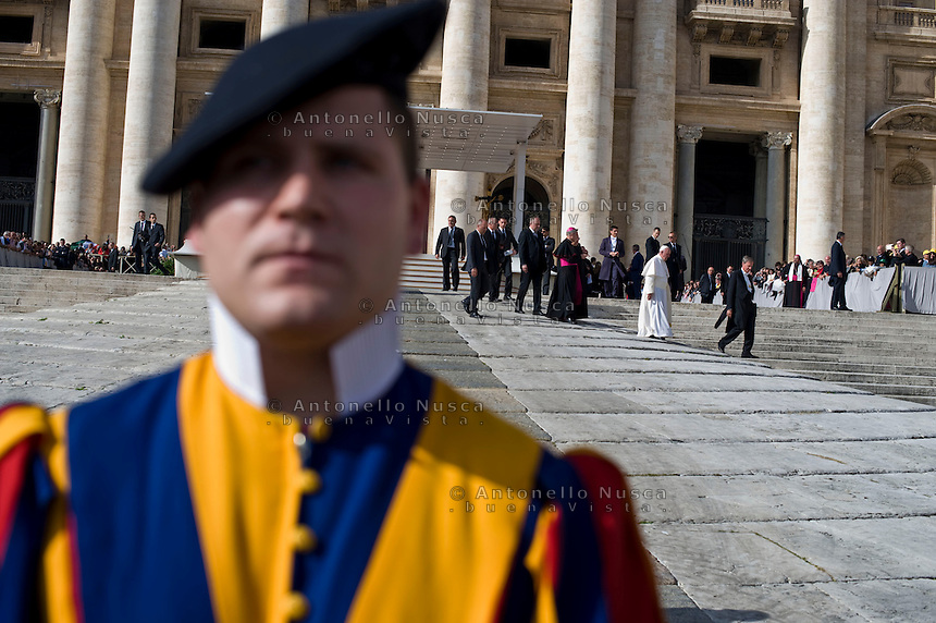 Vaticano, 2015. Papa Francesco lascia Piazza San Pietro al termine dell'udienza generale del mercoledì