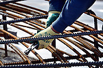 EDE - Op bedrijvenpark A30 werkt Ballast Nedam Industriebouw aan de funderingen van windpark Maanderbroek. In opdracht van Raedthuys Pure Energie verrijzen twee windturbines met een totaal vermogen van 6,4 MW. De honderd meter hoge turbines, krijgen wieken van 101 meter diameter en moeten dit jaar in gebruik genomen worden. COPYRIGHT TON BORSBOOM