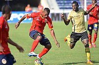 BARRANQUILLA - COLOMBIA -09-02-2014: James Castro (Izq.) jugador de Universidad Autonoma disputa el balón con Yessy Mena (Der.) jugador del Itagúi  durante partido de la cuarta fecha de la Liga Postobon I 2014, jugado en el estadio Metropolitano Roberto Melendez de la ciudad de Barranquilla. / James Castro (L)  player of Universidad Autonoma fights for the ball with Yessy Mena (R) player of Itagúi during a match for the fourth date of the Liga Postobon I 2014 at the Metropolitano Roberto Melendez stadium in Barranquilla city. Photo: VizzorImage  / Alfonso Cervantes / Str.