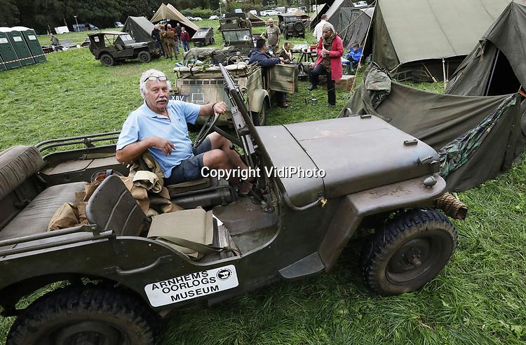 Foto: VidiPhoto<br /> <br /> ARNHEM – Eigenaar-directeur Eef Peeters van het Arnhems Oorlogsmuseum '40-'45 tijdens de Race to the Bridge vorig jaar. Ieder jaar rijdt Peeters mee met een aantal historische voertuigen uit de oorlog, zowel Duits als Engels. Dit jaar mogen hij, zijn museum en de vrijwilligers niet meer mee doen van de organisatie omdat ze te brutaal zouden zijn. Foto: Deze in de bossen rond Arnhem gevonden Willys Jeep van het oorlogsmuseum is vermoedelijk het enige voertuig van Race to the Bridge dat daadwerkelijk in september 1944 aanwezig is geweest.