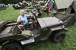 Foto: VidiPhoto<br /> <br /> ARNHEM &ndash; Eigenaar-directeur Eef Peeters van het Arnhems Oorlogsmuseum &rsquo;40-&rsquo;45 tijdens de Race to the Bridge vorig jaar. Ieder jaar rijdt Peeters mee met een aantal historische voertuigen uit de oorlog, zowel Duits als Engels. Dit jaar mogen hij, zijn museum en de vrijwilligers niet meer mee doen van de organisatie omdat ze te brutaal zouden zijn. Foto: Deze in de bossen rond Arnhem gevonden Willys Jeep van het oorlogsmuseum is vermoedelijk het enige voertuig van Race to the Bridge dat daadwerkelijk in september 1944 aanwezig is geweest.