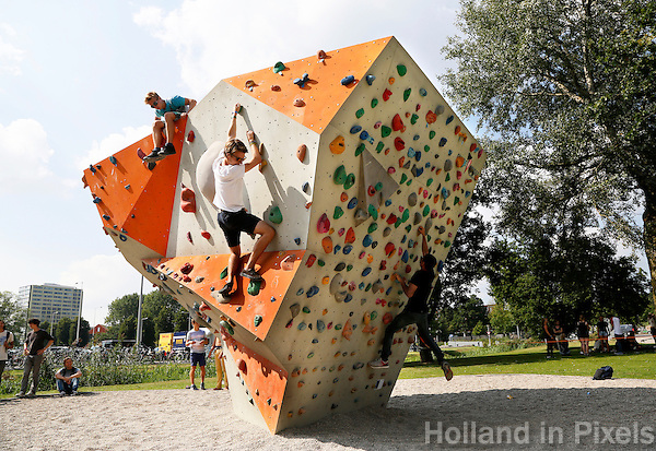 Nederland  Amsterdam 2016. Intreeweek van de Universiteit van Amsterdam ( UvA ). Sport en spel bij het Science Park. De Intreeweek is de introductieweek voor de nieuwe studenten. Clinic klimmen.  Foto Berlinda van Dam / Hollandse Hoogte