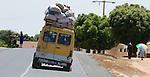 Africa, Afrika, Senegal, 17-09-2011, Dakar, Dakkar, Straatbeeld, markten langs de kant van de weg, sloppenwijk, bus vervoer, drukte, kleurrijk,  te zwaar beladen bus , vol met passagiers en goederen.. foto: michael Kooren/HH