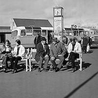 Spjalla&eth; &aacute; L&aelig;kjartorgi, 1972<br /> <br /> Chatting on L&aelig;kjartorg square, 1972