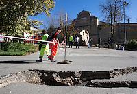 Una strada divelta dalla scossa di terremoto di magnitudo 6.5 avvenuta alle 7,41, a Norcia, 30 ottobre 2016.<br /> A street torn by the magnitude 6.5 earthquake that hit Italy at 7,41 am, in Norcia, 30 October 2016.<br /> UPDATE IMAGES PRESS/Riccardo De Luca