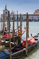 Venise:   Gondoles,  Gondoles sur le grand canal et Basilique Santa Maria della Salute de Venise, Santa Maria della Salute // Italy, Veneto, Venice:  Gondola on the Grand Canal and Santa Maria della Salute in the background