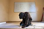 Transfert de technologie. Badou, artiste peintre qui a déjà exposé en France, se reconvertit partiellement en découpeur de toile de spi sous le regard de Stéphane.