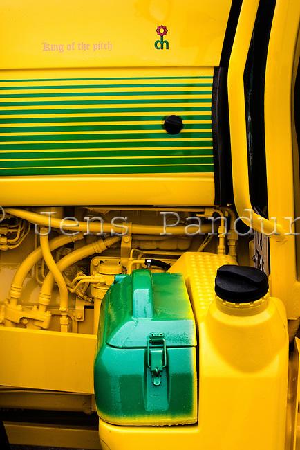 Dansk Hormolinmuld k&oslash;rer med en stribe meget opsigtsv&aelig;kkende traktorer.<br /> De er alle malet i gr&oslash;n og gul-metallic og der g&oslash;res mere end almindeligt meget ud af at holde dem rene og flotte. De har eksempelvis alle navne, og matchende gulvt&aelig;ppe.<br /> Herved virker de som markedsf&oslash;ring for firmaet, der ikke reklamerer med traditionelle annoncer. Foto: Jens Panduro