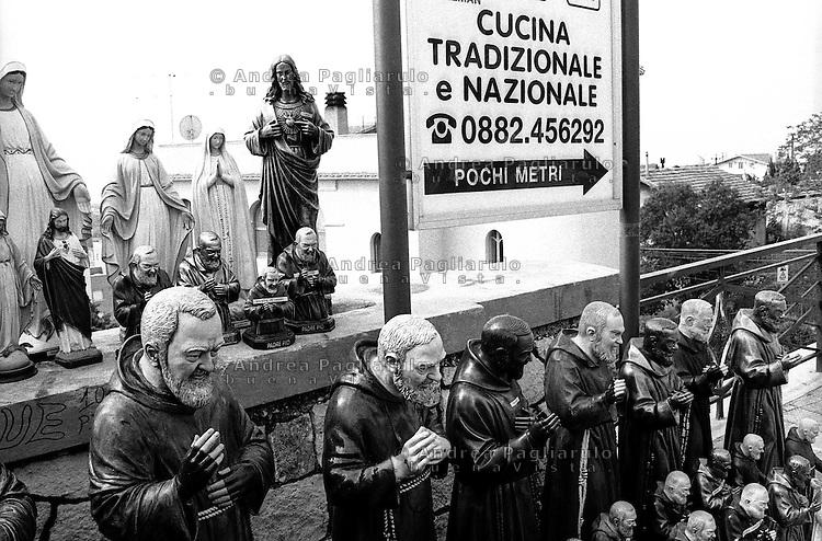 Italia, San Giovanni Rotondo (FG), convento dei Frati Cappuccini. <br /> Souvenir di Padre Pio<br /> Italy, San Giovanni Rotondo (FG), Monk's Convent. <br /> Souvenirs of Padre Pio.