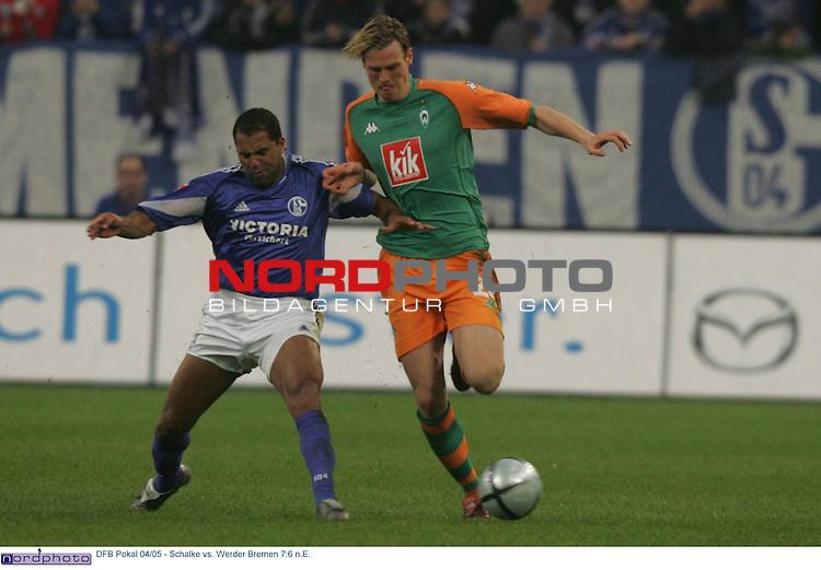 DFB Pokal 2004/2005 - Halbfinale<br /> FC Schalke 04 vs. Werder Bremen 7:6 n.E.<br /> <br /> Ailton (links) von Schalke 04 im Zweikampf mit Tim Borowski (rechts) von Werder Bremen.<br /> <br /> Foto &copy; nordphoto - Ruediger Lampe<br /> <br />  *** Local Caption *** Foto ist honorarpflichtig! zzgl. gesetzl. MwSt.<br /> Belegexemplar erforderlich<br /> Adresse: nordphoto<br /> Georg-Reinke-Strasse 1<br /> 49377 Vechta