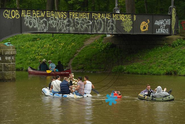 Kurioses vom Männertag 2013 - Viele Männertagsgruppen zieht es in Leipzig auf das Wasser am Elsterbecken - Mit dem Kanu Paddeln ist das neue Radfahren. Foto: Norman Rembarz