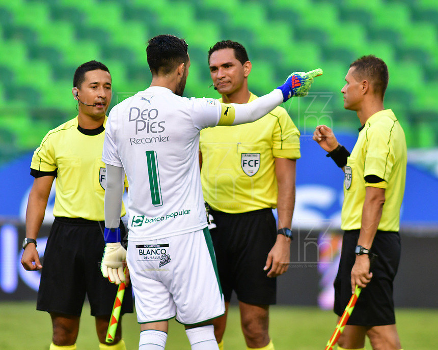 PALMIRA - COLOMBIA, 31-03-2019: Camilo Vargas arquero del Cali dialoga con el arbitro Heider Castro durante el partido por la fecha 12 de la Liga Águila I 2019 entre Deportivo Cali y Cúcuta Deportivo jugado en el estadio Deportivo Cali de la ciudad de Palmira. / Camilo Vargas goalkeeper of Cali dialogues with Heider Castro referee during the match for the date 12 as part of Aguila League I 2019 between Deportivo Cali and Cucuta Deportivo played at Deportivo Cali stadium in Palmira city.  Photo: VizzorImage / Nelson Rios / Cont