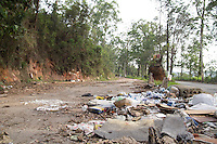 SAO PAULO, SP - 12.11.2014 - RISCO DE DENGUE -<br /> Acúmulo de Lixo e Pneus são vistos na região do Pq. do Lago, zona sul de são Paulo na manhã desta quarta-feira(12), área de mancial do Guarapiranga.  O Ministério da saúde atualizou para 125 o número de cidades com o risco de infestação do mosquito da Dengue - Aedes Aegypti (LIRAa) - e a capital paulista encontra-se em nível mediano.<br /> (Foto: Fabricio Bomjardim / Brazil Photo Press)