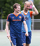 DEN HAAG - De geblesseerde Seve van Ass  voor  de trainingswedstrijd hockey Nederland-Argentinie (1-2). rechts Billy Bakker. COPYRIGHT KOEN SUYK