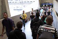 SAO PAULO, SP, 02.04.2015 - MOVIMENTAÇÃO RODOVIARIA DO TIETÊ - SP - Rodoviaria do Tietê em São Paulo tem Grandes filas para compra de passagem com espera superior a 2 horas para algumas cidades do interior, nessa quinta-feira (02) na saida do paulistano para o feriado.   .  (Foto: Marcelo Brammer / Brazil Photo Press)