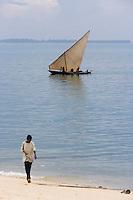 Afrique/Afrique de l'Est/Tanzanie/Zanzibar/Ile Unguja/Stone Town: Boutre bateau des pécheurs de l'Ile et enfant sur la plage