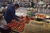 Asie/Chine/Jiangsu/Env Nankin: Marché libre de la rue Shan-Xi - Marchand de légumes: tomates, piments et vermicelles de riz<br /> PHOTO D'ARCHIVES // ARCHIVAL IMAGES<br /> CHINE 1990