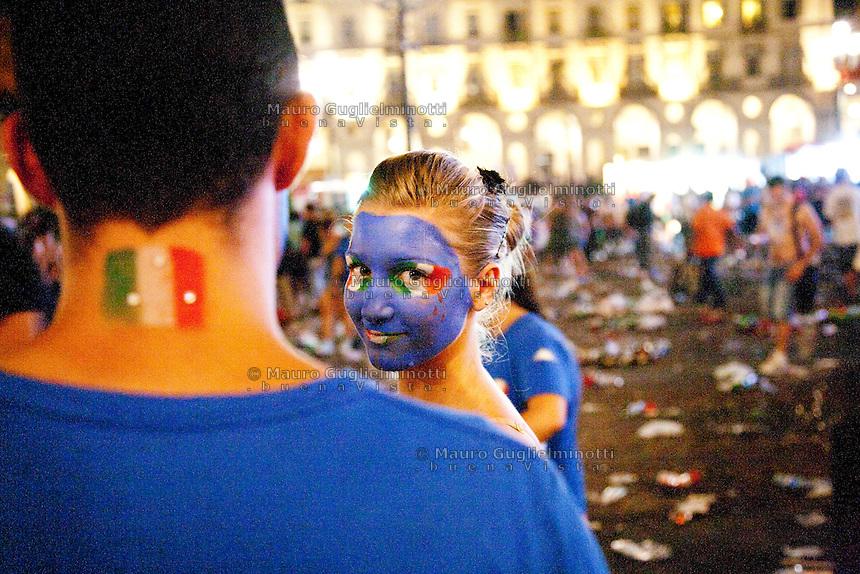 01/07/2012 Finale dei campionati europei di calcio 2012  Italia - Spagna: delusione dei tifosi in piazza a Torino. Una ragazza con il viso dipinto con i colori della nazionale italiana sorride. Un ragazzo di spalle ha disegnata sul collo la bandiera italiana.