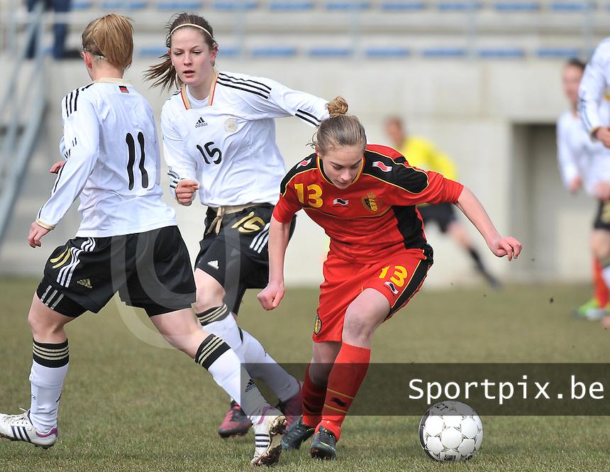 Belgie U17 - Duitsland U17 : Michaela Brandenburg aan de bal voor Elisabeth Mayr (15).foto DAVID CATRY / Vrouwenteam.be