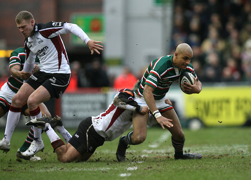 Photo: Rich Eaton...Leicester Tigers v Newcastle Falcons. Guinness Premiership. 27/01/2007. Tom Varndell of Leicester Tigers is tackled.