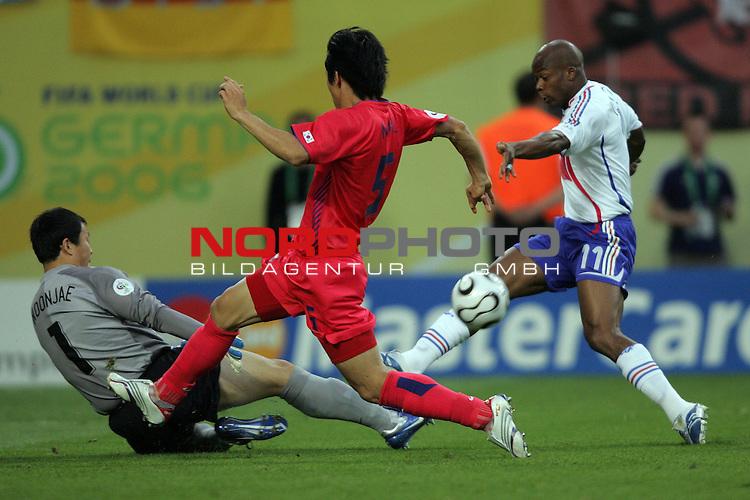 FIFA WM 2006 -  Gruppe D  Vorrunde ( Group D )<br /> Play   #29 (18-Jun) - Frankreich - Korea<br /> <br /> Sylvain Wiltord (rechts) von Frankreich mit der Riesenchance zum 1:0. Torwart Jae Woon Lee (links) und Nam Kim (Mitte) von Korea mit im Foto.<br /> <br /> Foto &copy; nordphoto