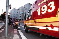 SÃO PAULO-SP-30,10,2014-ACIDENTE MOTOCICLISTA-BUTANTÃ - Motociclista ficou desacordado e gravemente ferido após cair da moto.Foi socorrido pelo SAMU.Na Avenida Corifeu de Azevedo Marquês,altura do n°1500(Próximo à Praça Elis Regina)Na região oeste da cidade de São Paulo, manhã dessa quinta-feira,30 (Foto:Kevin David/Brazil Photo Press)