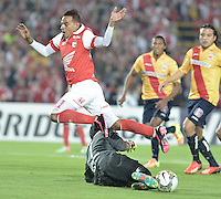 BOGOTÁ-COLOMBIA-04-02-2014. Wilder Medina (Izq) jugador del Independiente Santa Fe de Colombia, disputa el balón con Rodriguez Rangel (Der) arquero del Monarcas Morelia de Mexico, durante partido entre Independiente Santa Fe y Monarcas Morelia de la primera fase llave G5, de la Copa Bridgestone Libertadores en el estadio Nemesio Camacho El Campin, de la ciudad de Bogota. / Wilder Medina (L) player of Independiente Santa Fe of Colombia, vies for the ball with Rodriguez Rangel (L) goalkeeper of Monarcas Morelia of Mexico, during a match between Independiente Santa Fe and Monarcas Morelia for the first phase, G5 key, of the Copa Bridgestone Libertadores in the Nemesio Camacho El Campin in Bogota city.  Photo: VizzorImage/ Gabriel Aponte /Staff