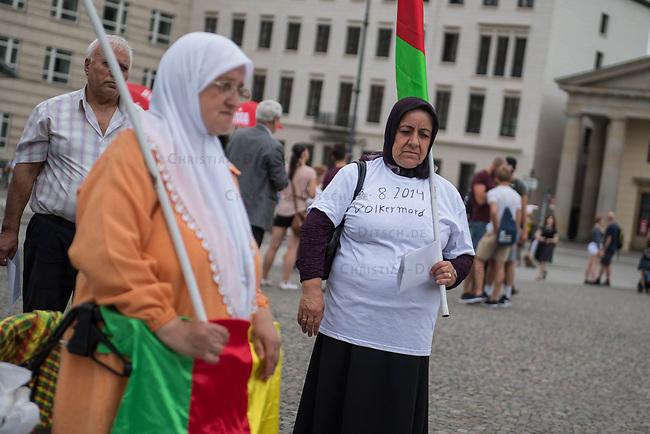 Mahnwache anlaesslich des Genozid des sog. Islamischen Staat (IS) an den Yeziden im Irak.<br /> Am 3. August 2017 gedachten Yezidinnen und Yeziden der Massaker des IS an den irakischen Yeziden in der Region Sengal 2014. Dieses Massaker wurde von den Vereinten Nationen als Genozid bezeichnet, da es dem IS ausschliesslich darum ging, die Yeziden als Bevoelkerungsgruppe auszuloeschen. Besonders grausam und gezielt ging der IS gegen die yezidischen Frauen vor.<br /> 3.8.2017, Berlin<br /> Copyright: Christian-Ditsch.de<br /> [Inhaltsveraendernde Manipulation des Fotos nur nach ausdruecklicher Genehmigung des Fotografen. Vereinbarungen ueber Abtretung von Persoenlichkeitsrechten/Model Release der abgebildeten Person/Personen liegen nicht vor. NO MODEL RELEASE! Nur fuer Redaktionelle Zwecke. Don't publish without copyright Christian-Ditsch.de, Veroeffentlichung nur mit Fotografennennung, sowie gegen Honorar, MwSt. und Beleg. Konto: I N G - D i B a, IBAN DE58500105175400192269, BIC INGDDEFFXXX, Kontakt: post@christian-ditsch.de<br /> Bei der Bearbeitung der Dateiinformationen darf die Urheberkennzeichnung in den EXIF- und  IPTC-Daten nicht entfernt werden, diese sind in digitalen Medien nach &sect;95c UrhG rechtlich geschuetzt. Der Urhebervermerk wird gemaess &sect;13 UrhG verlangt.]