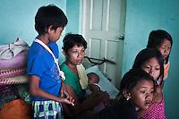 Welma, belle soeur de Monic et ses enfants. Tous ont du nager pendant plus de 2 heures pour ne pas se noyer lors des innondations causées par le Typhon Haiyan le 8 novembre. Ils ont également tout perdu. Tacloban, Novembre 2013. VIRGINIE NGUYEN HOANG
