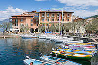 Italy, Veneto, Lake Garda, Torri del Benaco: small harbour at East Bank of Lake Garda | Italien, Venetien, Gardasee, Torri del Benaco: kleiner Hafen am Ostufer des Gardasees