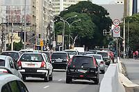 ATENCAO EDITOR: FOTO EMBARGADA PARA VEICULOS INTERNACIONAIS. SAO PAULO, SP, 03 DE DEZEMBRO DE 2012 - Transito intenso na Avenida Bernardino de Campos, regiao central da capital, na manha desta segunda feira, 03.FOTO: ALEXANDRE MOREIRA - BRAZIL PHOTO PRESS.