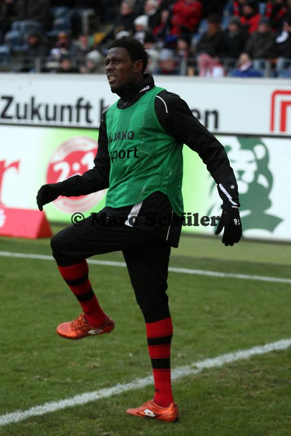 Mo Idrissou (Eintracht) macht sich warm