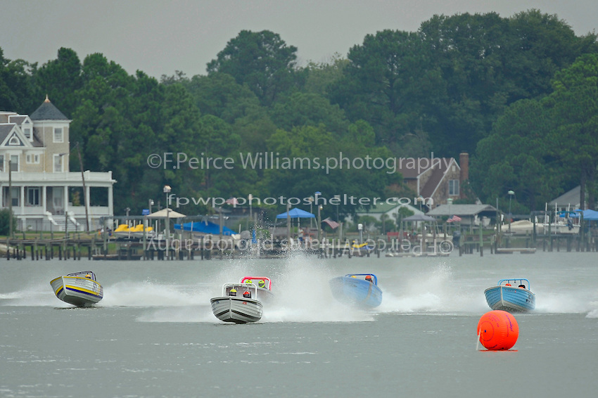 "JS-7 ""Rolling Thunder""  leads the field to the first turn of the final.  (Jersey Speed Skiff(s)"