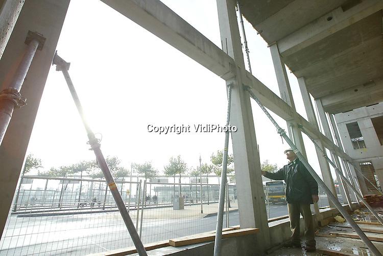 Foto: VidiPhoto..APELDOORN - Bij het Centraal Station in Apeldoorn bouwt de Belastingdienst een nieuw pand. Op dit moment bevindt de Belastingdienst zich nog op meer dan tien locaties in Apeldoorn. Dat worden er straks drie. De Motorrijtuigenbelasting en de dienst die de particuliere aangiften afhandelt komen in dit gebouw bij het Centraal Station. Eind 2003 moet het vijf lagen tellende gebouw, met daarin zo'n 13.575 vierkante meter aan kantoorruimte voor 400 werknemers, klaar zijn. Bouwer is Heijmans IBC Bouw uit Elst.