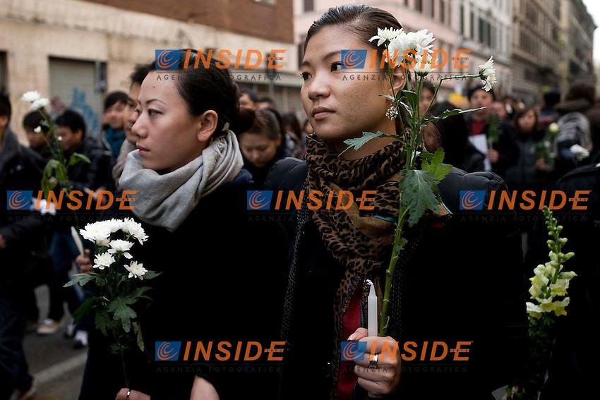 Roma 20120110 Fiaccolata organizzata dalla Comunita' Cinese in ricordo di Zhou Zeng e la figlia Joy uccisi a Torpignattara.Foto Insidefoto